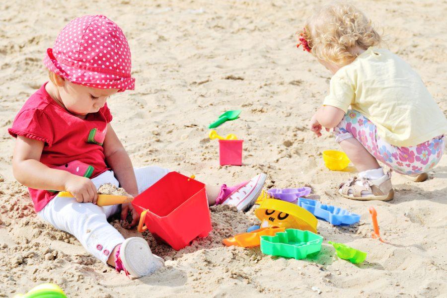 Juego solitario y paralelo: Por qué algunos bebés y pequeños niños les gusta jugar solos